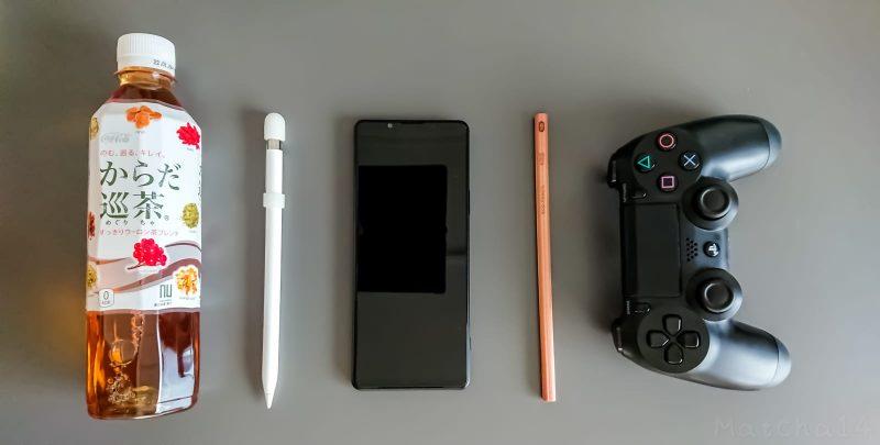 Xperia 1 IIIとペットボトル、Apple Pencil、鉛筆、PS4コントローラーの大きさ比較写真
